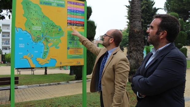 Germán Beardo señala un mapa de la ciudad.