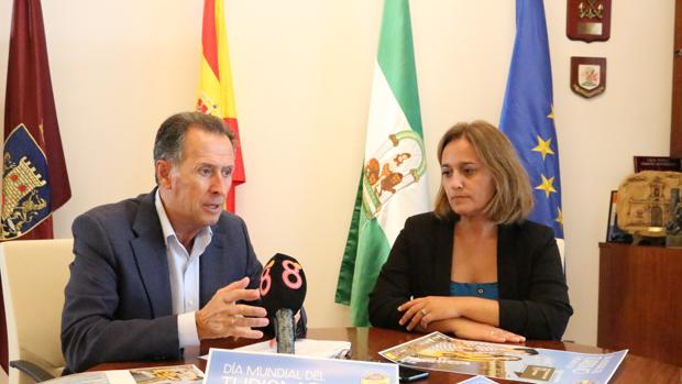 El alcalde de Chiclana, José María Román, y la delegada municipal de Turismo, Ana González.