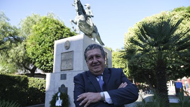 El embajador de Argentina, Federico Ramón Puerta, ante la estatua de José de San Martín en Cádiz.