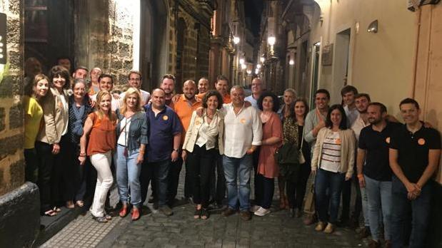 Villero, rodeado de su equipo, en la noche electoral el pasado 26 de may0.