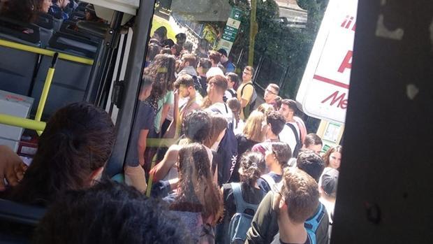 Imagen de una universitaria que denuncia la saturación del autobús.