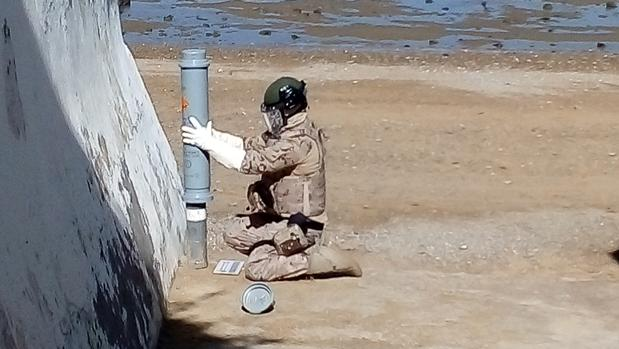 El desactivador de explosivos manipulando el artefacto.