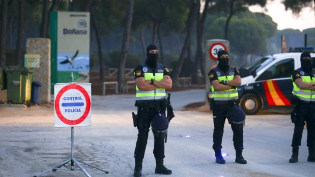 Agentes de la UPR de la Policía Nacional, en una reciente operación antidroga en Sanlúcar.