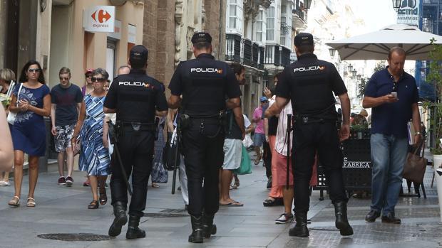 Varios agentes de la Policía Nacional, vigilan por las calles del casco histórico