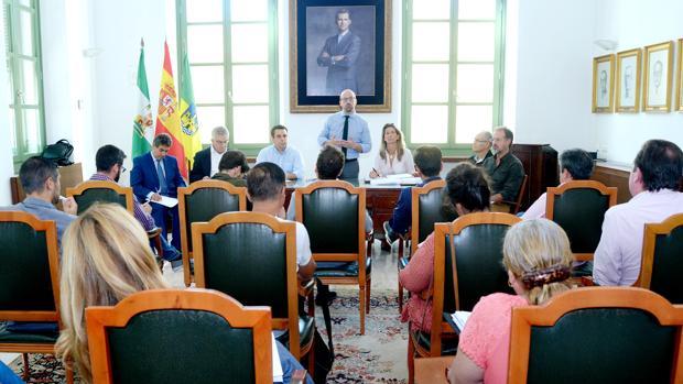 El alcalde explica la postura del Ayuntamiento a los portavoces municipales y colectivos.