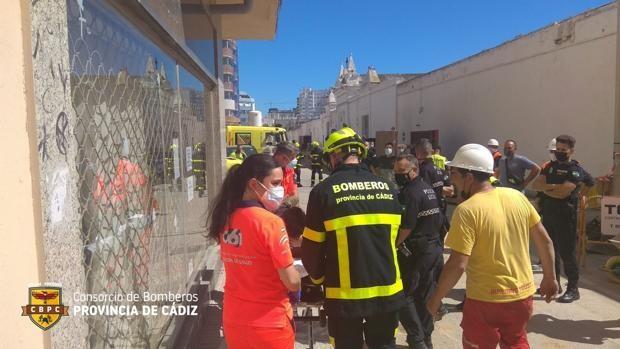 Queda aprisionado por una piedra cuando trabajaba en unas canalizaciones de Cádiz