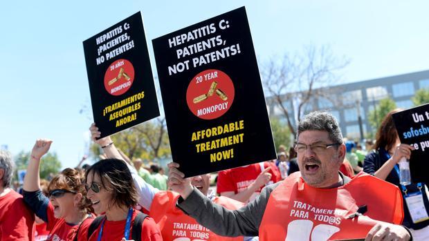 Pacientes reclaman acceso a nuevos fármacos