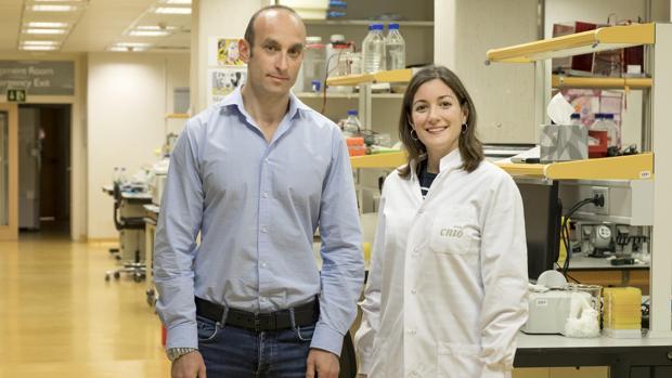 Nabil Djouder, jefe del grupo de factores de crecimiento y nutrientes del CNIO y Almudena Chaves-Pérez, autores del estudio publicado en «Science»