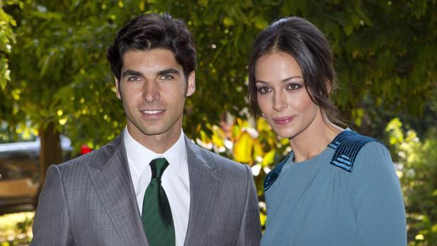 Cayetano Rivera y Eva González en el Palacio de las Dueñas de Sevilla