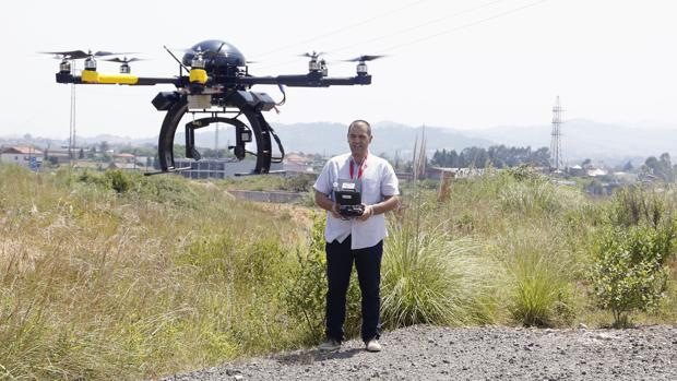 Un profesional de los drones, manejando uno de ellos
