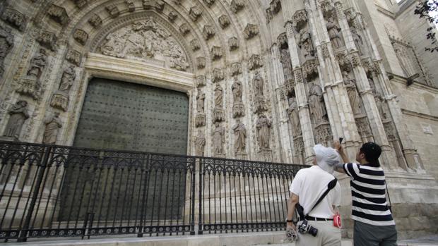 Turistas fotografiando la Catedral de Sevilla