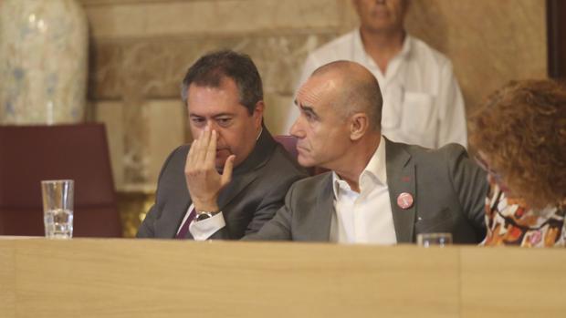 Juan Espadas, junto a su delegado de Hábitat Urbano, Turismo y Cultura