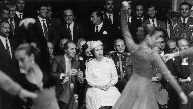 El Rey Don Juan Carlos explicándole el baile a la reina Isabel II