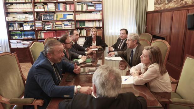Reunión de responsables de la Junta con el presidente de la Audiencia, el juez decano y el fiscal jefe, entre otros