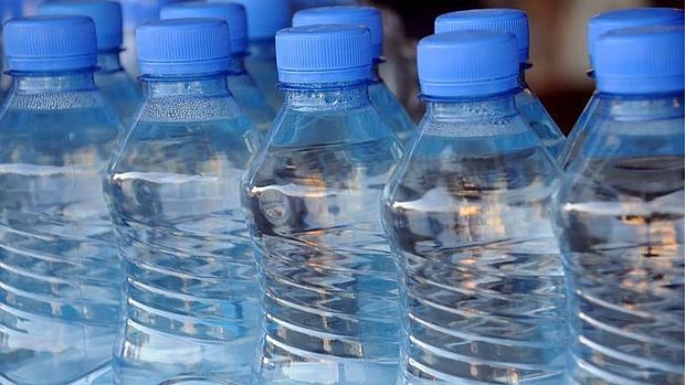 El bisfenol A está presente en envases como las botellas de agua, las latas de refrescos o los platos precocinados