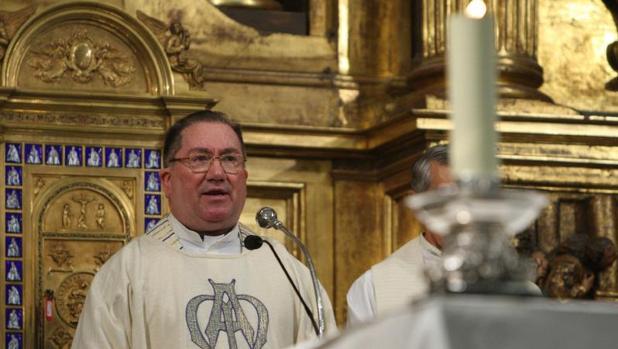 El obispo de Vitoria, Miguel Asurmendi, durante una misa oficiada en honor a la Virgen Blanca, patrona de la capital vasca.