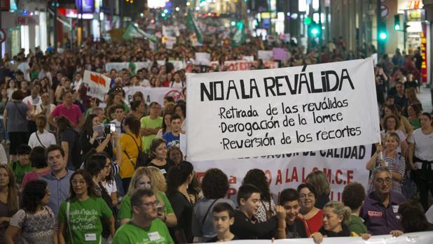 Miles de personas se han manifestado en contra de la Ley de educación Lomce, convocados por la plataforma de defensa de la escuela pública