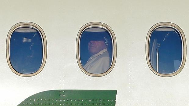 El Papá, en el avión en el que viaja a Chile