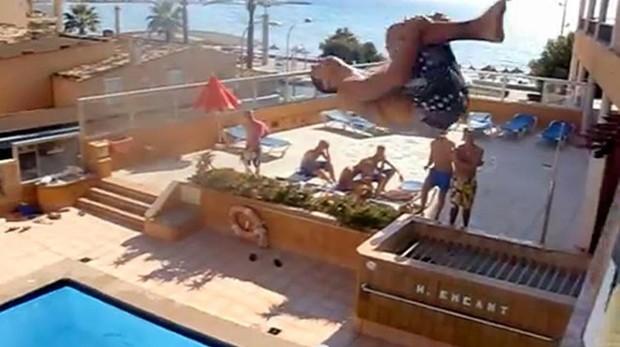 Un joven practica «balconing» en Mallorca