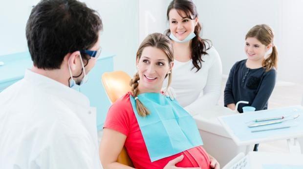 Imagen archivo de una mujer a punto de someterse a un tratamiento dental
