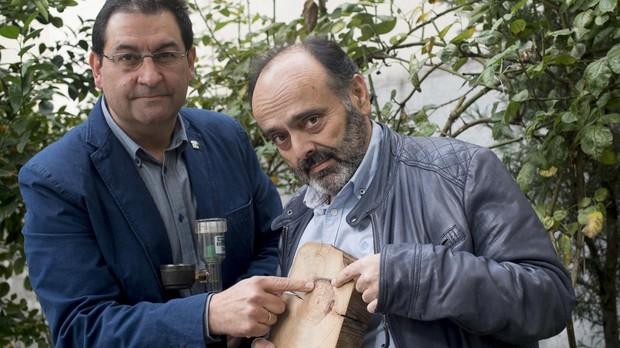 Andrés Díez y Mario Hernández señalan las heridas de un árbol por el efecto de una riada