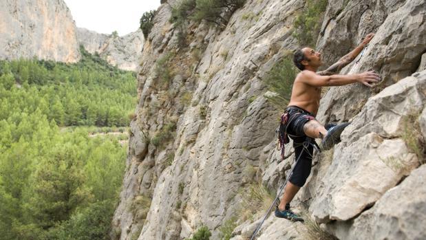 Un hombre escalando en la localidad de Sella (Alicante)