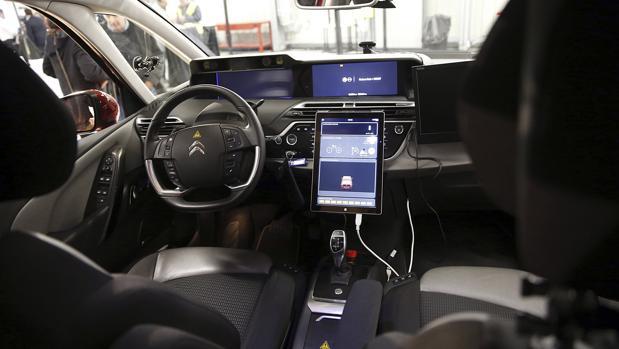 Vista del interior del primer coche autónomo del grupo francés PSA Peugeot Citroën