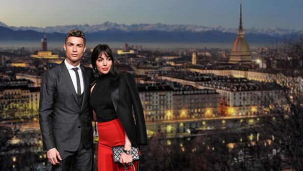 Cristiano Ronaldo y Georgina Rodríguez con el fondo (montaje fotográfico) de la ciudad de Turín