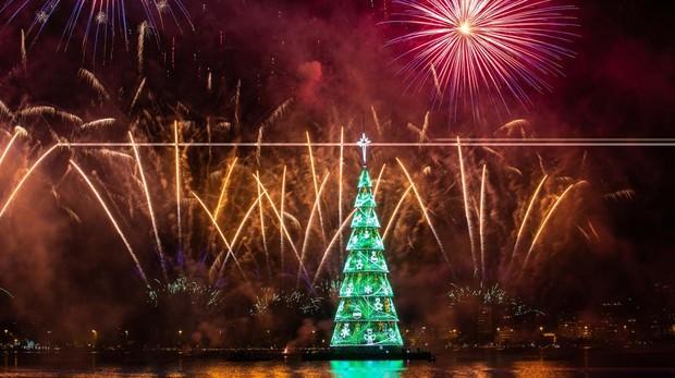 El árbol de Navidad de Río de Janeiro, en la Laguna Rodrigo de Freitas, en la zona sur de la capital