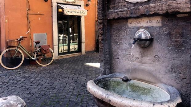 Una de las fuentes públicas con agua fresca y con decoraciones curiosas repartidas por Roma, que tienen una particularidad que las llena de simbolismo: no tienen grifo y el agua no deja de salir para saciar la sed de vecinos y turistas.